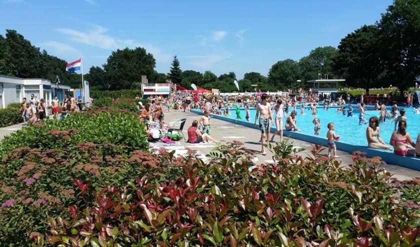 Zwembad De Vrije Slag verwelkomt graag weer heel veel badgasten. Als ze maar anderhalve meter van elkaar blijven.