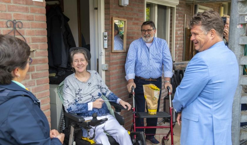Wolter Kroes op bezoek bij de de heer en mevrouw Van Harn. (foto: Peter Venema)