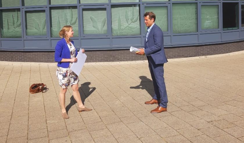 Elze Woudstra van D66 Rijswijk overhandigd het Groenboek 'Veilig op pad in Rijswijk' aan wethouder Bjorn Lugthart van Verkeer.
