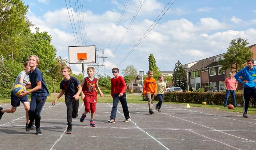 De U13 van Basketbalclub Oirschot in actie tijdens de eerste buitentraining. Foto: Eric van Laarhoven