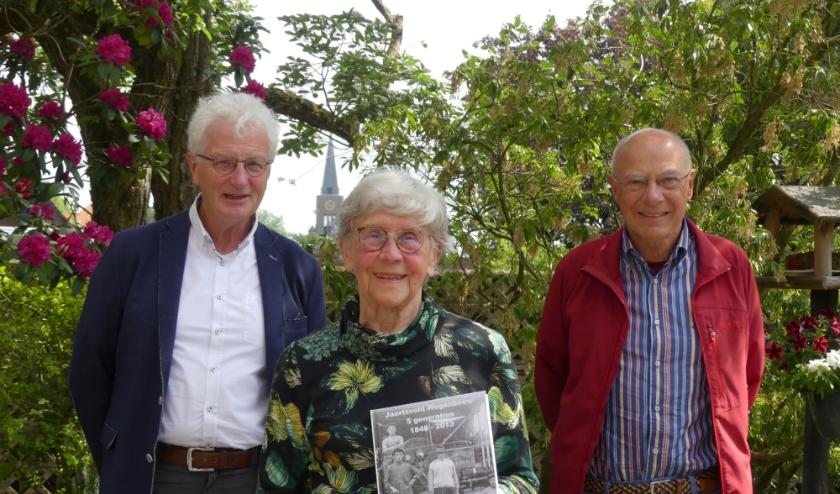 Mevrouw Elly Jaartsveld ontvangt 'Jaartsveld Wegenbouw, 5 generaties 1848 - 2013' van samenstellers Robbie Wolters (links) en Hein Bisterbosch. (foto: Charlotte Wolters)
