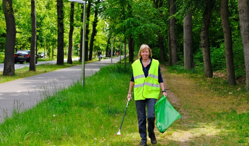 Wies Oldenkamp ruimt iedere week afval op in de bermen van de Krakelingweg. Foto: Ellis Plokker