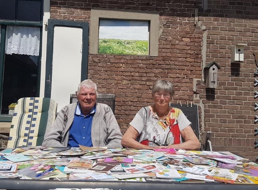 Bart en Diny Welling met voor zich de 350 kaarten die ze mochten ontvangen! (foto: Luuk van Onna)