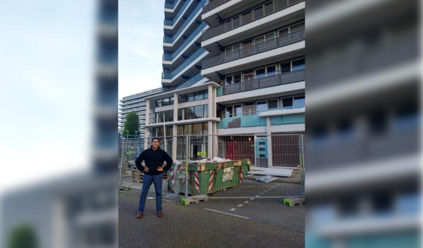 Mohammed Benzakour voor het flatgebouw, waar hij woont en werkt.