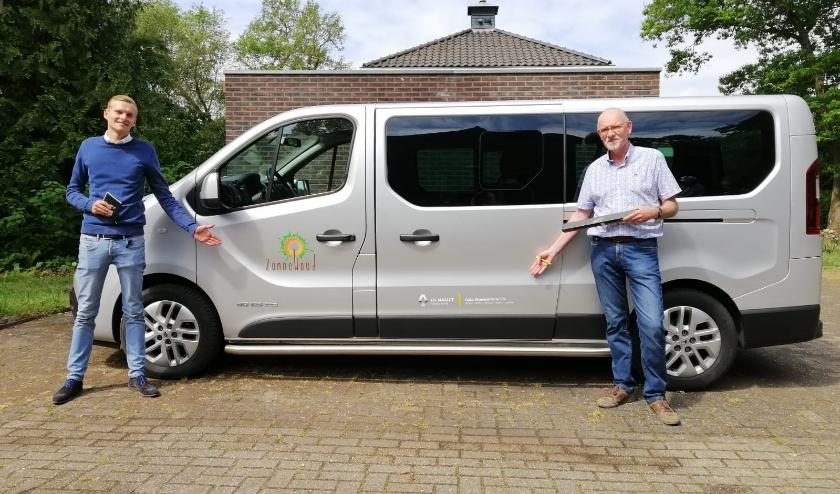 Taco Groeneveld (l) en Ton Maaswinkel (r) bij de nieuwe bus.