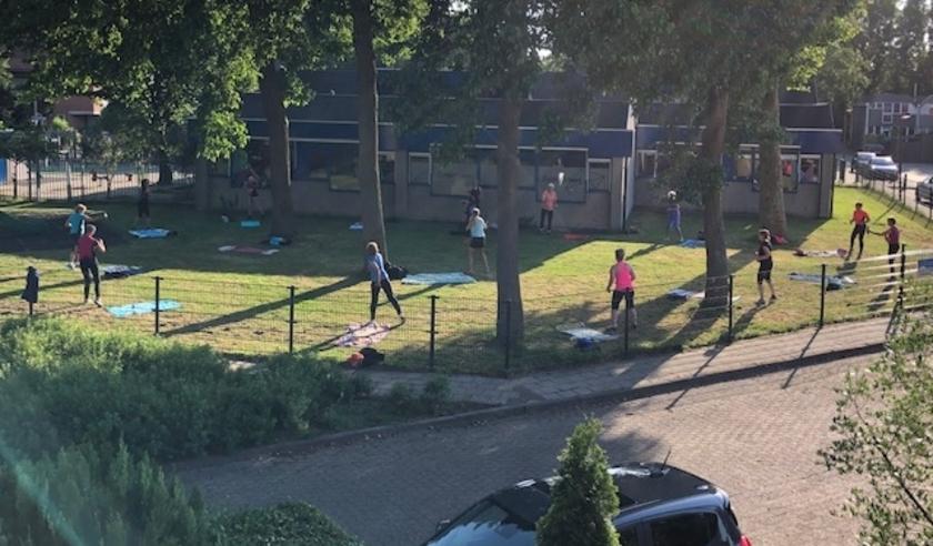 Het speelveld naast de school biedt gelukkig ruim voldoende plaats om toch gezamenlijk fitheidsoefeningen te doen. Foto: Sjoerd Olrichs