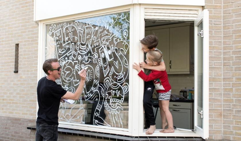 Jan Doodle (Maurice van Lier) maakt van ramen ware kunstwerken. (Foto: Niki Kits Polman)