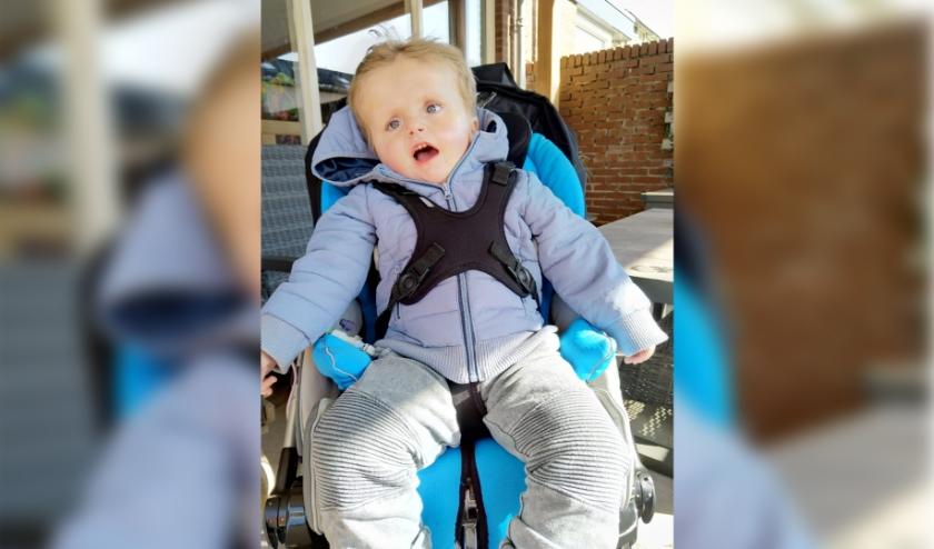 Het wordt steeds moeilijker om Sep te vervoeren, dus zijn zijn ouders een crowdfundactie gestart voor een rolstoelbus. (foto: PR)