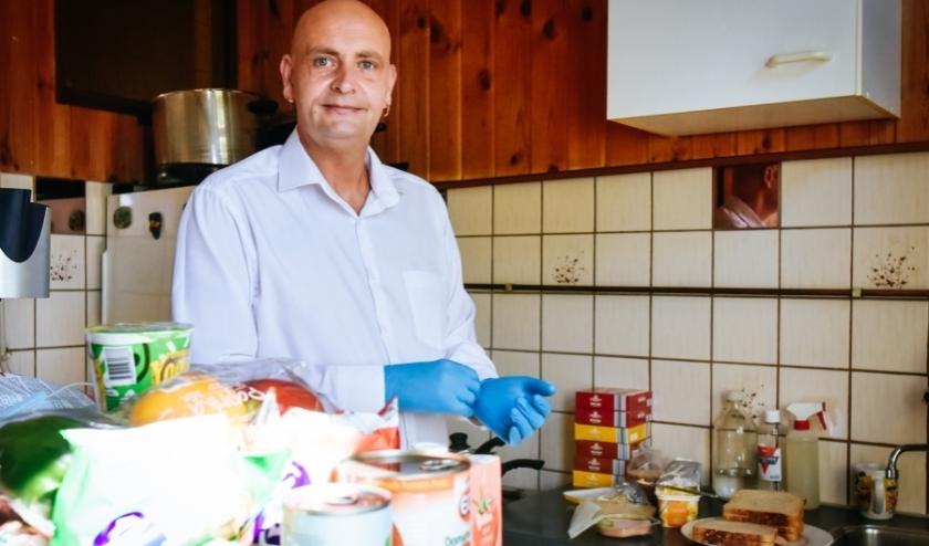 Johan de Boterhammen-man in De Havenloods van afgelopen week.   Johan smeert elke dag brood voor kinderen in Rotterdam-Zuid. Coronaproof en voor de veiligheid vanuit de eigen keuken. Foto: Caro Linares   Johan smeert elke dag brood voor kinderen in Rotterdam-Zuid. Coronaproof en voor de veiligheid vanuit de eigen keuken.