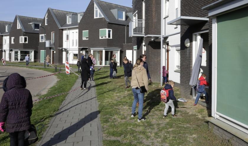 Leerlingen van basisschool De Triangel betreden de 'schoolwoningen' in Leende. (Foto: Jurgen van Hoof)