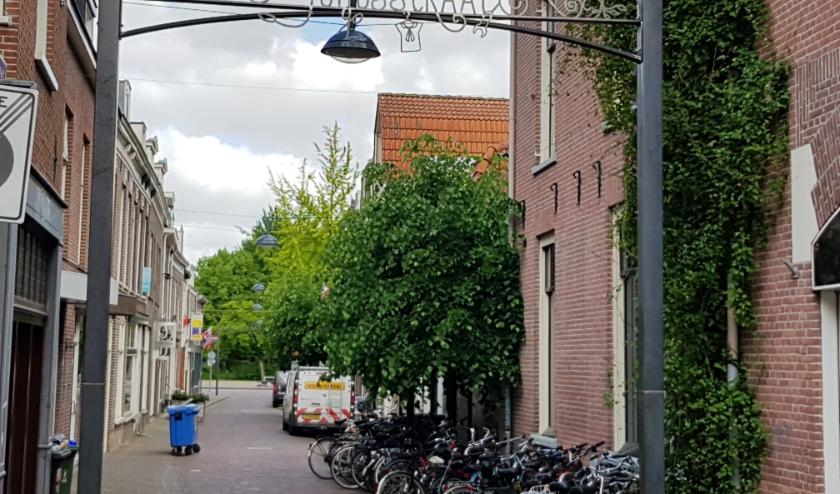 De toegangspoorten van de Junusstraat hangen bij de Hoogstraat en het Plantsoen. (foto: Kees Stap)