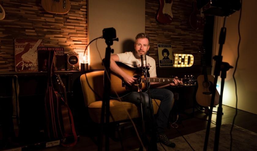 Zanger en gitarist Ed Struijlaart geeft live vanuit zijn studio een concert, speciaal voor online bezoekers van het Isala Theater.