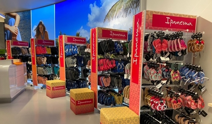 De Hengelose winkelier Milo Baum is de trotse eigenaar van de grootste slippershop van Nederland: Slippery.nl. (Foto: PR)