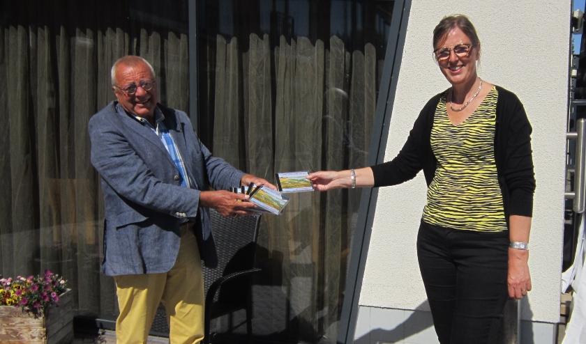 ZMK bestuurslid Jaap Zandee overhandigt de CD 's aan Mevr. Corina Schouten van Ter Valcke.