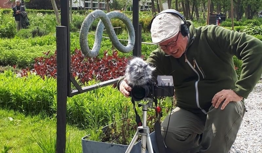 Videofilmer Peter Aerts in actie bij video-opnames op de Buurttuin De Zoete Aarde. Link naar het YouTube kanaal: zoek op YouTube naar Buurttuin Zoete Aarde. Foto: Olga Roeting