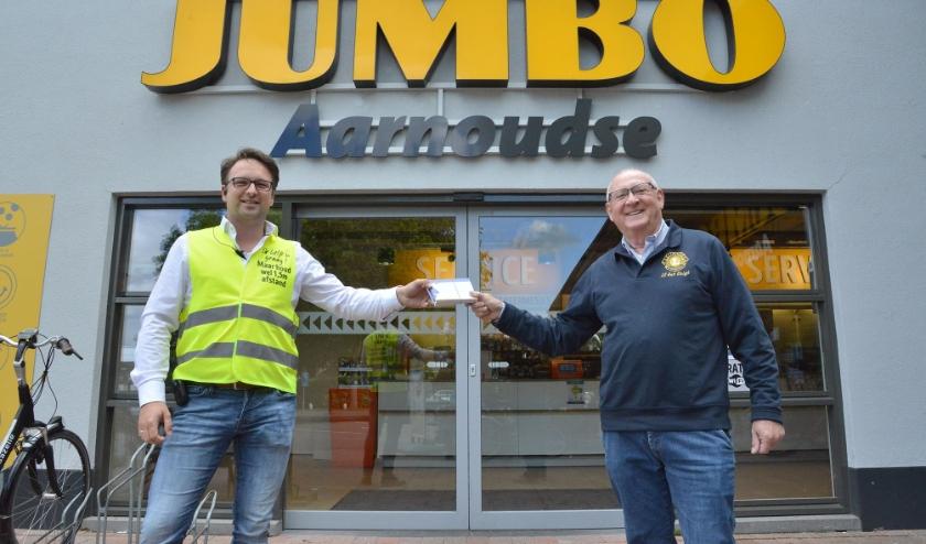 Ook Jaap-Jan Aarnoudse van de Jumbo Montfoort kreeg uit handen van Ben van Zutphen van de Lions bonnen voor een gratis ijsje voor alle medewerkers. (Foto: Paul van den Dungen)