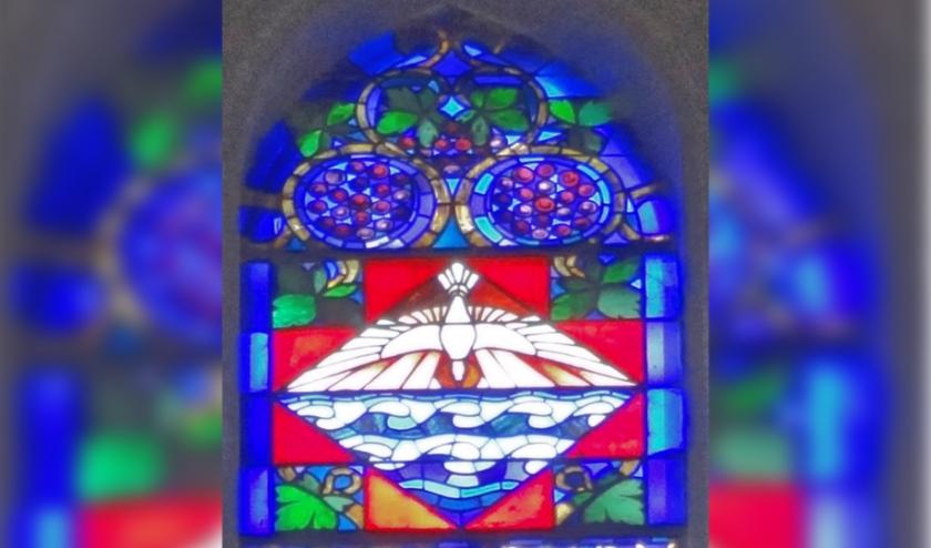 Deel van glas in loodraam met de duif, symbool van Pinksteren.