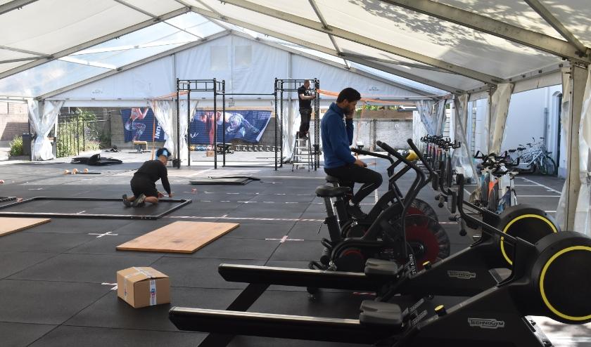 Er wordt druk gewerkt aan de sporttent van Indoor Action.