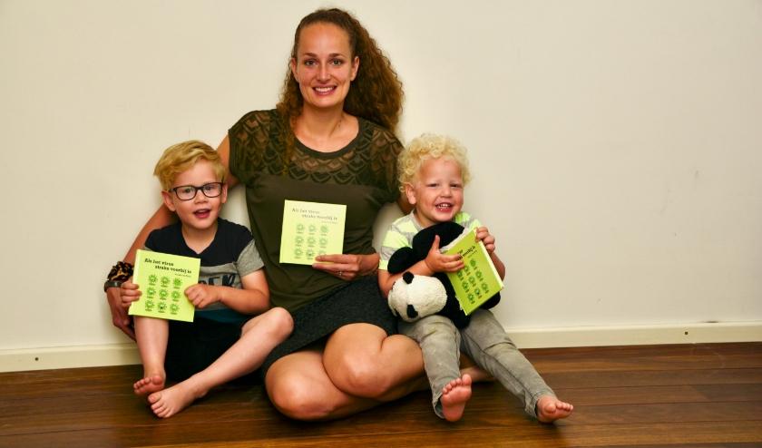 Renske de Kleijn en haar zoontjes Quinten en Sebastiaan poseren met het boek. De eerste druk was binnen een week uitverkocht.