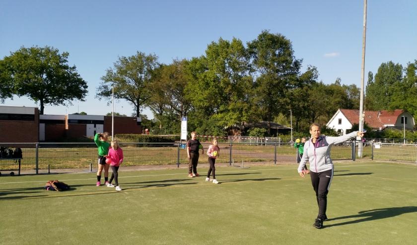 Tamara Nieuwenhuis traint de E-jeugd van Kedingen. (Foto: Hubert Hofman)
