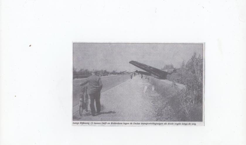 Een neer geschoten vliegtuig langs de Rotterdamseweg.