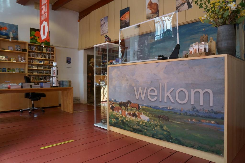 Bij de kassa van het museum is een scherm geplaatst. Foto: Voerman Museum Hattem © DPG Media