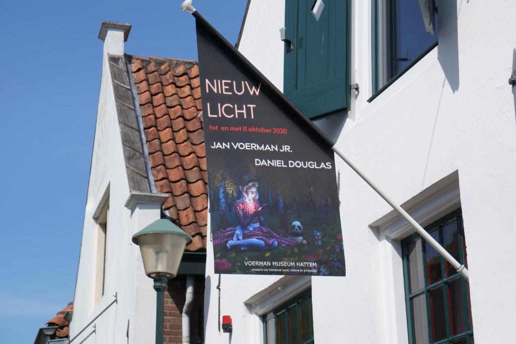 De vlag van de nieuwe tentoonstelling 'Nieuw Licht' wappert al buiten het museum. Foto: Voerman Museum Hattem © DPG Media