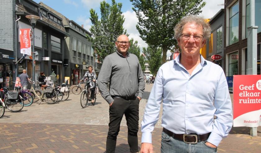 Peter Baten (voorgrond) heeft op 1 juni afscheid genomen als binnenstadsmanager. Henny Jansen heeft die functie van hem overgenomen. (Foto: Marco Diepeveen)