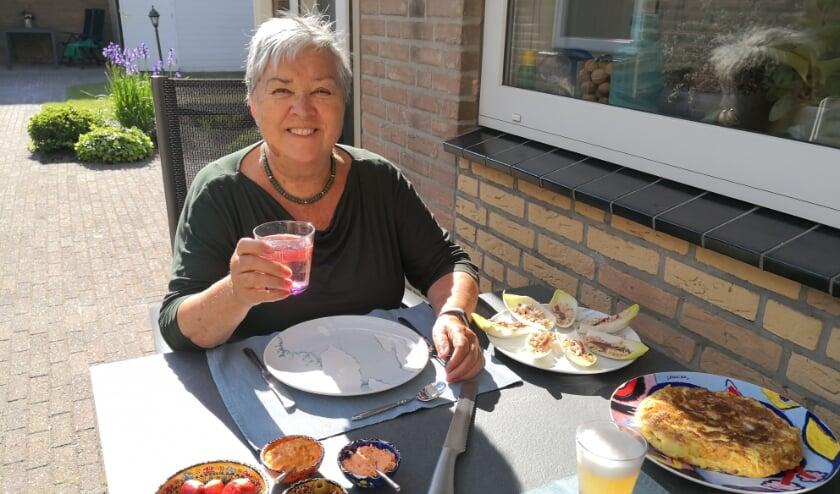 De zon en het heerlijke Spaanse gerecht doet Nanny 't Hart bijna geloven dat ze in Spanje op vakantie is.