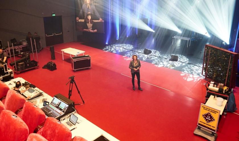Hannelore Leusink-Bosch in de grote theaterzaal van Veluvine. (Foto: Jenco van Zalk)