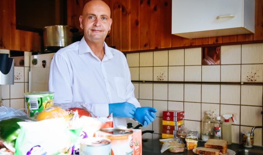 Johan smeert elke dag brood voor kinderen in Rotterdam-Zuid. Coronaproof en voor de veiligheid vanuit de eigen keuken. Foto: Caro Linares