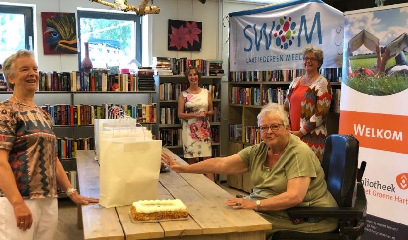 In het bijzijn van de directeuren Mirjam van den Bremen van Bibliotheek Het Groene Hart en Marie-José Hermans van SWOM reikte wethouder Yolan Koster de eerste tassen met boeken uit.