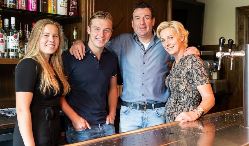 Jade, Milan, Erik en Jacqueline ter Voert  in hun café 't Centrum in Silvolde. Foto: Iris Epping