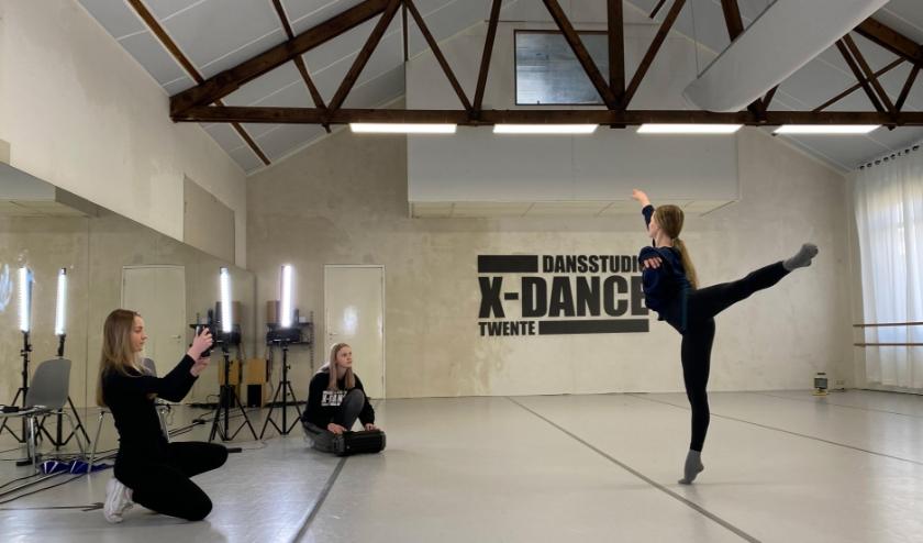 Met inachtneming van de RIVM-regels gaan Sophie, Iris en Merel (v.l.n.r.) onverzettelijk door met het najagen van hun dromen om professionele danseressen te worden. (Foto: Dansstudio X-Dance)