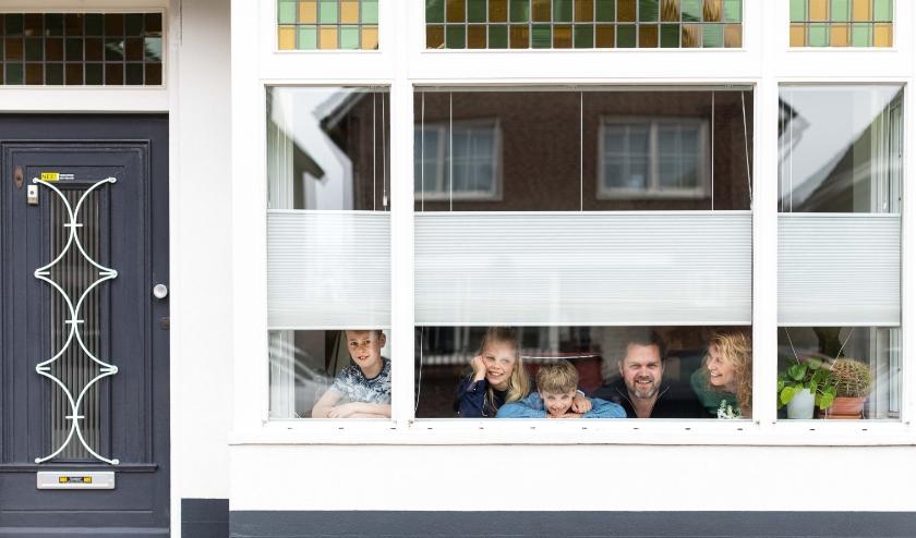 Nienke Veltman met haar gezin in hun huis aan de Brinkstraat. (Foto: Annabel Jeuring)