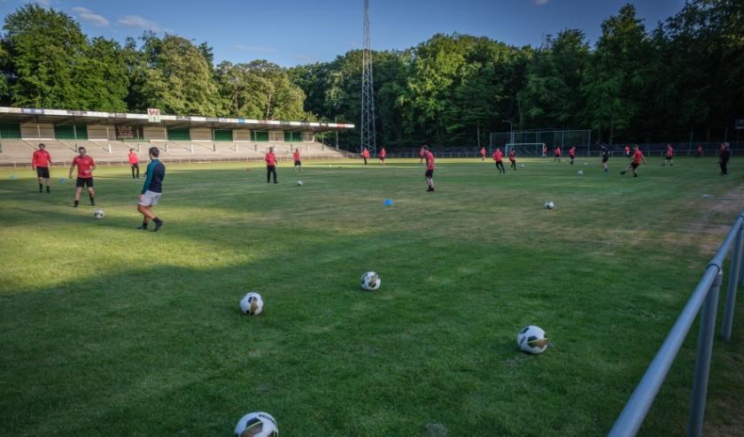 De eerste en tweede selectie van ONA '53 trainen de komende drie weken op donderdag in het stadion. (foto: Guy Ackermans)