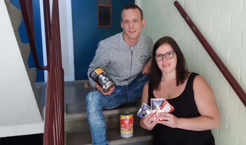 Ruben Boxhoorn en Patricia de Jong laten hun hart spreken voor de dieren door ze goede voeding te geven.