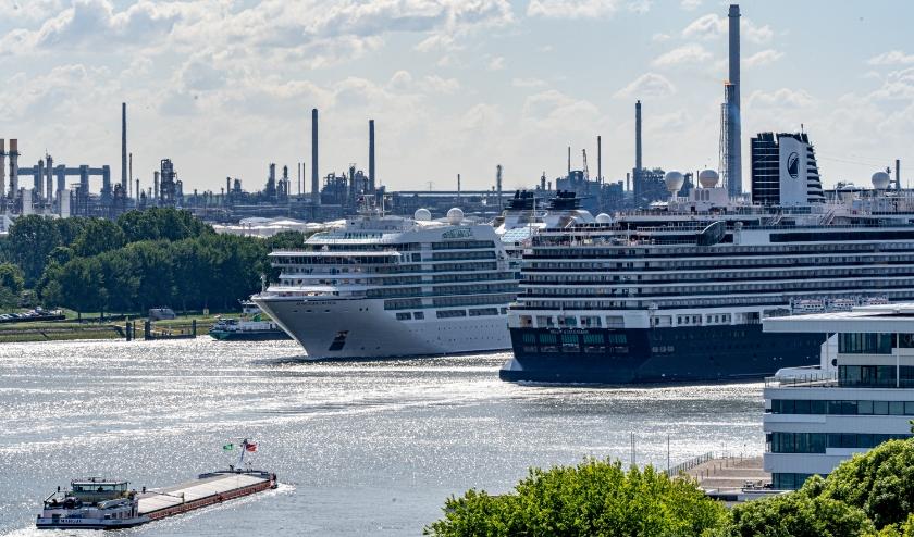 De twee passagierschepen Seabourn Ovation en de Nieuwe Statendam.