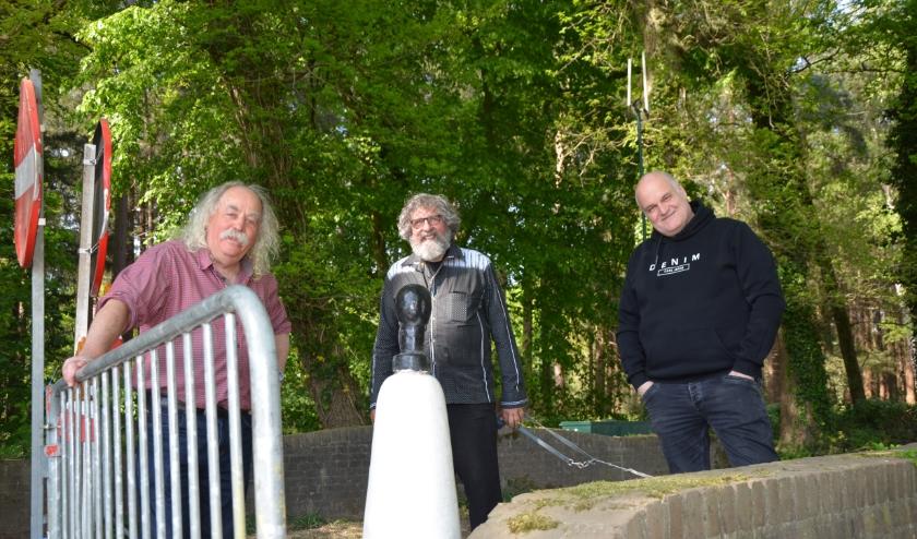 Het schrijverstrio gefotografeerd bij de afgesloten grensovergang Hilvarenbeek-Poppel, vlnr Paul Spapens, JACE van de Ven en Stijn van der Loo.