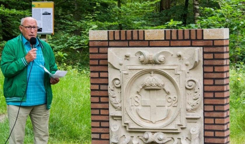 Wijlen Ep Steenbergen onthulde in 2014 de originele gevelsteen van het pompstation op de parkeerplaats in het Zwolse Bos.