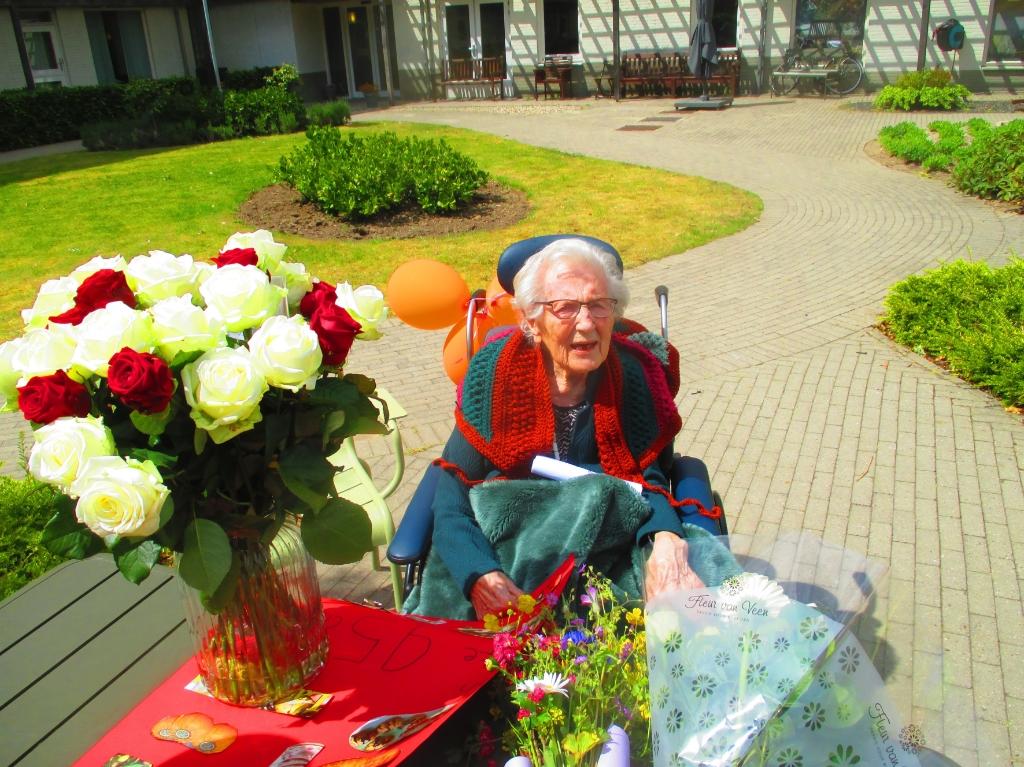 Mevr. Goudriaan was blij met de hulde die zij kreeg bij haar 95ste verjaardag. Foto: Theo van Dam © DPG Media