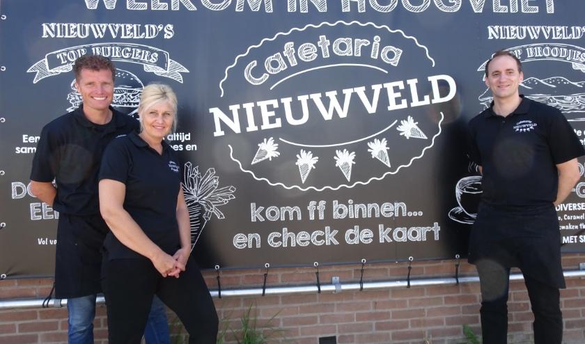 De vertrekkende uitbaters Patrick en Linda Nieuwveld en rechts de nieuwe eigenaar Danny Ketting. Foto: Joop van der Hor