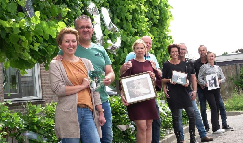 Van links naar rechts: Rianne en Jan Arie Dijkhof, Annet en Cornelis van Dalen, Tanja en Gerrit Grandia en Joanne en Marco van Willigen. Allemaal houden ze hun trouwfoto vast.