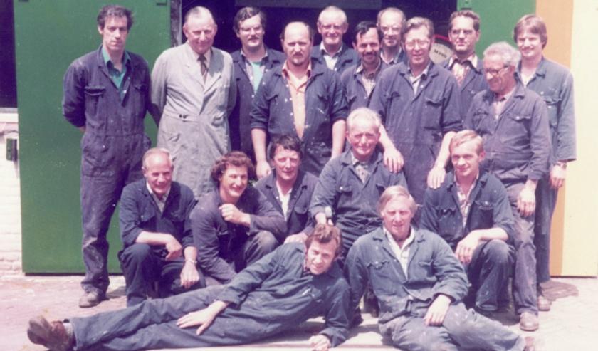 Ëen van de vele oude foto's op de pagina van Oud-Wapenveld met een groep medewerkers van toen nog Sikkens-Smits, nu AKZO.
