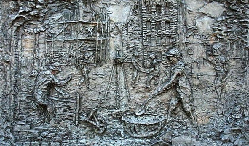 Kunstwerk 'De Buitengaander' van de Weebosche kunstenaar Willy Slegers-v.d.Put (1925-1997) op het plein naast het ontmoetingscentrum.