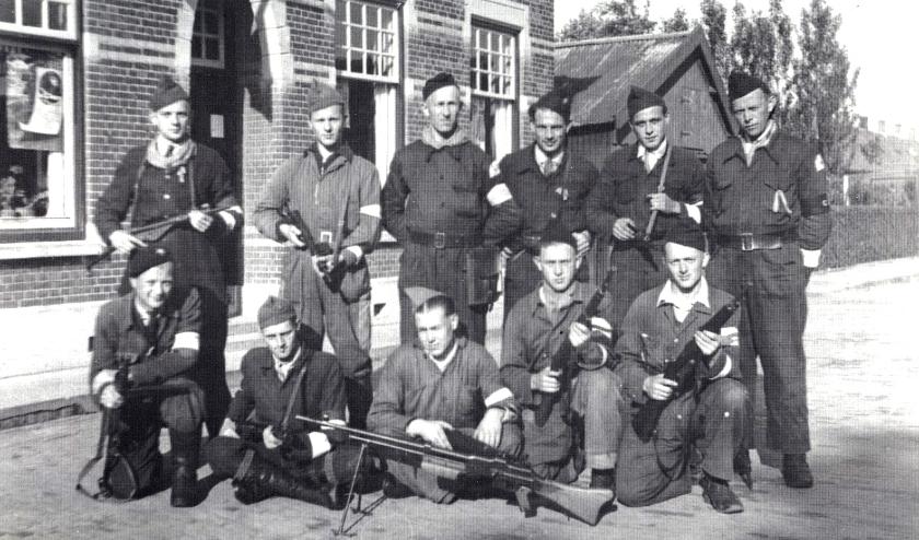 Een groep Ambachtse BS'ers voor het huis van toenmalig burgemeester H. Duiker in de Hoogstraat.