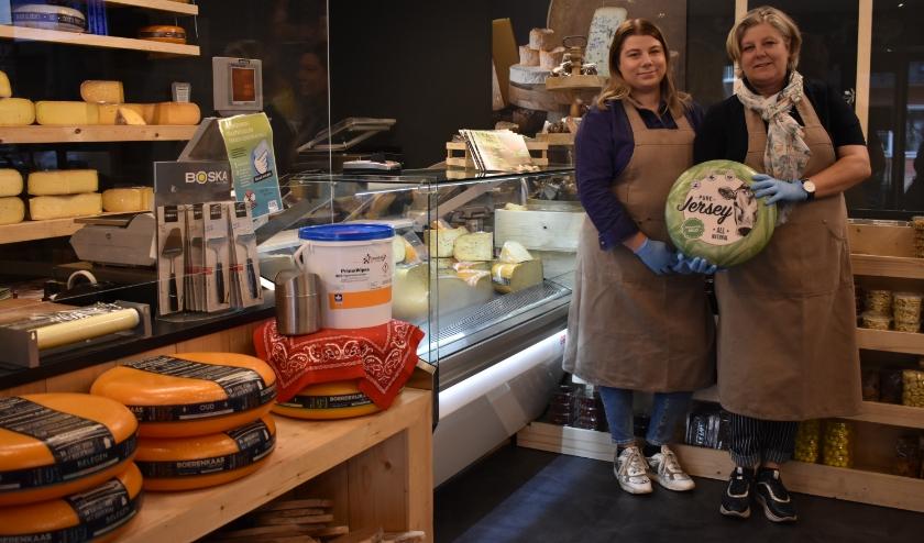 Anna en Josien Wegink van Kaas & Smaak merken dat mensen in deze tijd bewust kiezen voor lokale winkels. (Foto: Van Gaalen Media)