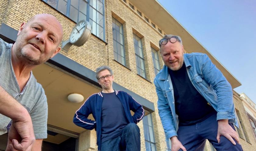 Kunstenaars Joost Konings, Wim van Egmond en Rob van Es (van links naar rechts) voor het gebouw van Bacinol. Foto Joost Konings