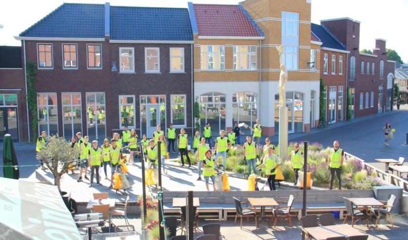 De afvalopruimers samen net voordat zaterdagmorgen het startsein werd gegeven voor hun actie om zwerfvuil op het Remigiusplein en in de rest van het Duivense centrum op te ruimen.