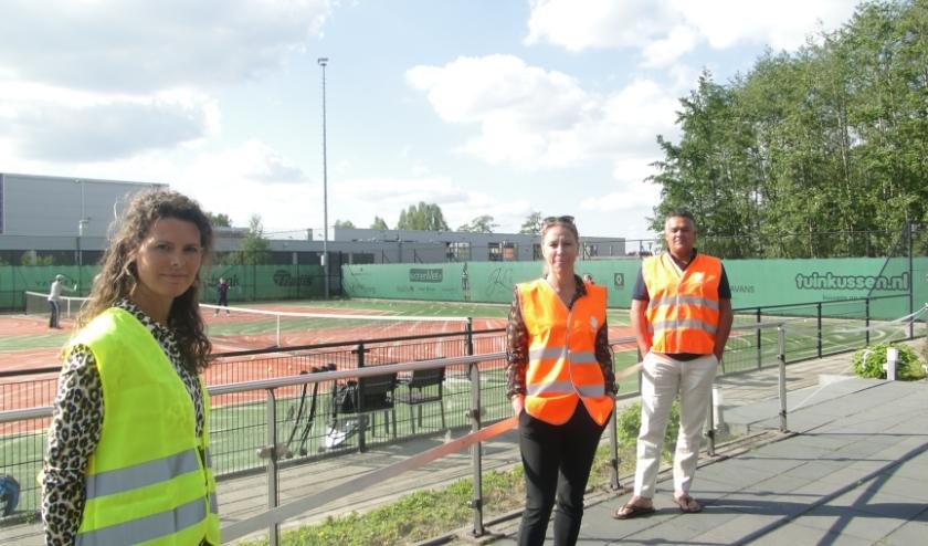 Op ruime afstand van elkaar staan hier v.l.n.r. Martine ter Steege (trainersbegeleiding), secretaris Marleen Willems en voorzitter André Zwoferink.